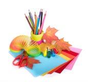 Vari accessori della scuola alla creatività dei bambini fotografie stock