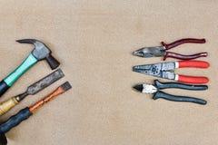 Vari attrezzi per bricolage su fondo di legno Fotografia Stock Libera da Diritti