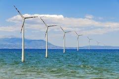 Vari avvolgono la turbina offshore del mare per l'elettricità sostenibile alternativa verde Fotografie Stock Libere da Diritti