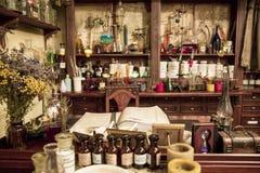 Vari boccette, barattoli ed erbe sugli scaffali in vecchia farmacia Immagine Stock Libera da Diritti