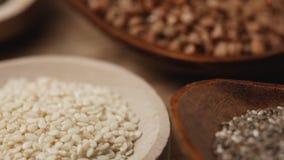 Vari cereali ed in cucchiai di legno - macro fine su stock footage