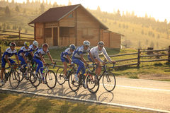 Vari ciclisti dai gruppi differenti a Paltinis, Romania Fotografie Stock