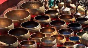 Vari ciotole di canto ad un bazar Fotografia Stock