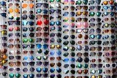 Vari colori degli occhiali da sole Fotografie Stock Libere da Diritti
