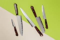 Vari coltelli da cucina utilizzati di acciaio inossidabile con le maniglie di legno marroni fotografia stock
