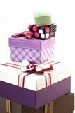 Vari contenitori di regalo di dimensioni su bianco Fotografia Stock