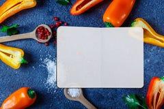 Vari cucchiai delle spezie su spazio di pietra per derisione gialla ed arancio di ricetta del pepe su immagine stock