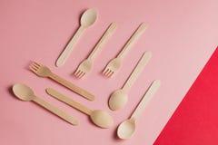 Vari cucchiai e forchette di legno fotografie stock