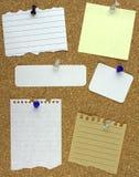 Vari documenti di nota sulla scheda del sughero Fotografie Stock Libere da Diritti