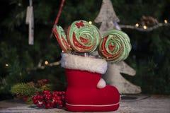 Vari dolci e caramelle di Natale con l'albero di Natale sulla tavola di legno fotografia stock libera da diritti