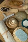 Vari elementi della stazione termale su un fondo di legno Immagini Stock