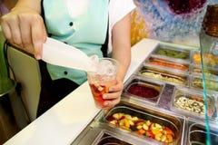 Vari elementi sani della barra di insalata della verdura e della frutta fresca La mano sta preparando i frutti per il frullato or Fotografie Stock Libere da Diritti