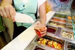 Vari elementi sani della barra di insalata della verdura e della frutta fresca La mano sta preparando i frutti per il frullato or Fotografia Stock