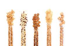 Vari fagioli sani nelle fiale di vetro fotografie stock libere da diritti