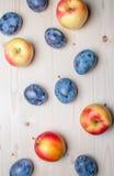 Vari frutti freschi sulla tavola di legno Fotografia Stock