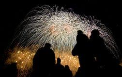 Vari fuochi d'artificio colorati con la siluetta della gente Fotografia Stock
