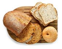 Vari generi di pane sul tagliere immagine stock libera da diritti
