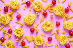 Vari generi di pasta su una superficie luminosa Fotografia Stock