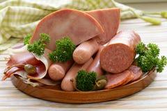 Vari generi di salsiccie e di bacon affumicato fotografia stock libera da diritti