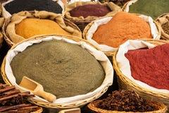 Vari generi di spezie nel mercato Immagini Stock