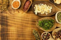 Vari generi di spezie sul tavolo da cucina Alimento del condimento Vendite delle spezie esotiche Annunciando sulle spezie Fotografie Stock Libere da Diritti