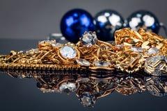 Vari gioielli dell'oro su fondo nero Fotografia Stock
