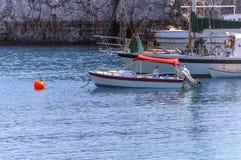 Vari hanno messo in bacino l'imbarcazione a motore di legno d'annata Immagine Stock