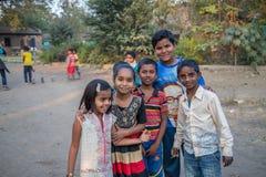 Vari by, Maharashtra, Indien - Januari 9, 2018: älskvärda sorter och deras stugor Dagligt liv i indiska byar nära den Godavari ri royaltyfria bilder