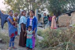 Vari by, Maharashtra, Indien - Januari 9, 2018: älskvärda sorter och deras stugor Dagligt liv i indiska byar nära den Godavari ri arkivfoton