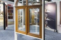 Vari modelli delle finestre nel centro espositivo del deposito immagine stock libera da diritti