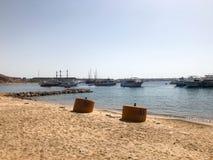 Vari motore e navi di navigazione, le barche, fodere di crociera stanno su un bacino nel porto contro lo sfondo del mare blu e Immagine Stock