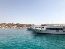 Vari motore e navi di navigazione, le barche, fodere di crociera stanno su un bacino nel porto contro lo sfondo del mare blu e Immagini Stock