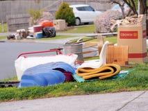 Vari oggetti davanti all'alloggio residenziale del ceto medio Fotografia Stock