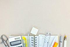 Vari oggetti stazionari sulla superficie grigia dello scrittorio Fotografia Stock