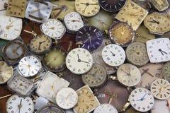 Vari orologi da tasca antichi del carico Immagini Stock Libere da Diritti