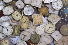 Vari orologi da tasca antichi del carico Fotografia Stock