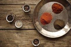 Vari peperoni in piatti differenti sulla tavola di legno Immagine Stock Libera da Diritti