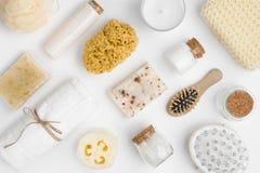 Vari prodotti di threatment di bellezza e della stazione termale isolati su fondo bianco fotografie stock