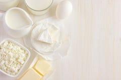 Vari prodotti lattier-caseario su fondo bianco Immagine Stock