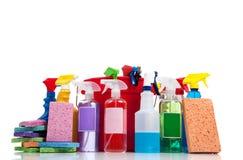 Vari rifornimenti di pulizia su una priorità bassa bianca Immagine Stock