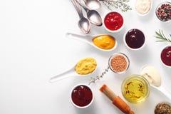 Vari sfregamenti e marinate piccanti sulla Tabella bianca Fotografia Stock