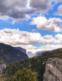 Vari si rannuvolano la mezza cupola in Yosemite immagine stock