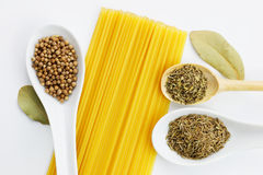 Vari spezie e spaghetti Immagini Stock