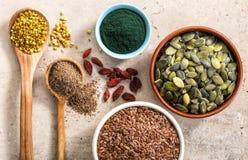 Vari superfoods sul tavolo da cucina fotografia stock libera da diritti