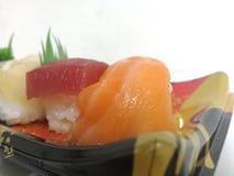Vari sushi sul piatto bianco del fondo Fotografia Stock