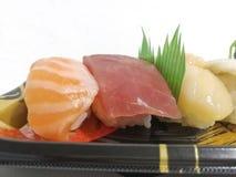 Vari sushi sul piatto bianco del fondo Immagini Stock Libere da Diritti