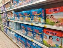 Vari?t? de couches-culottes montr?es sur le support ? vendre dans de grands supermarch?s images libres de droits