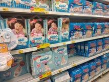 Vari?t? de couches-culottes montr?es sur le support ? vendre dans de grands supermarch?s photos libres de droits