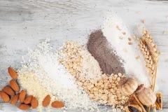 Vari tipi di farine sulla tavola di legno Fotografia Stock Libera da Diritti