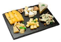 Vari tipi di formaggi - brie, camembert, roquefort e cheddar su calcestruzzo Fotografie Stock